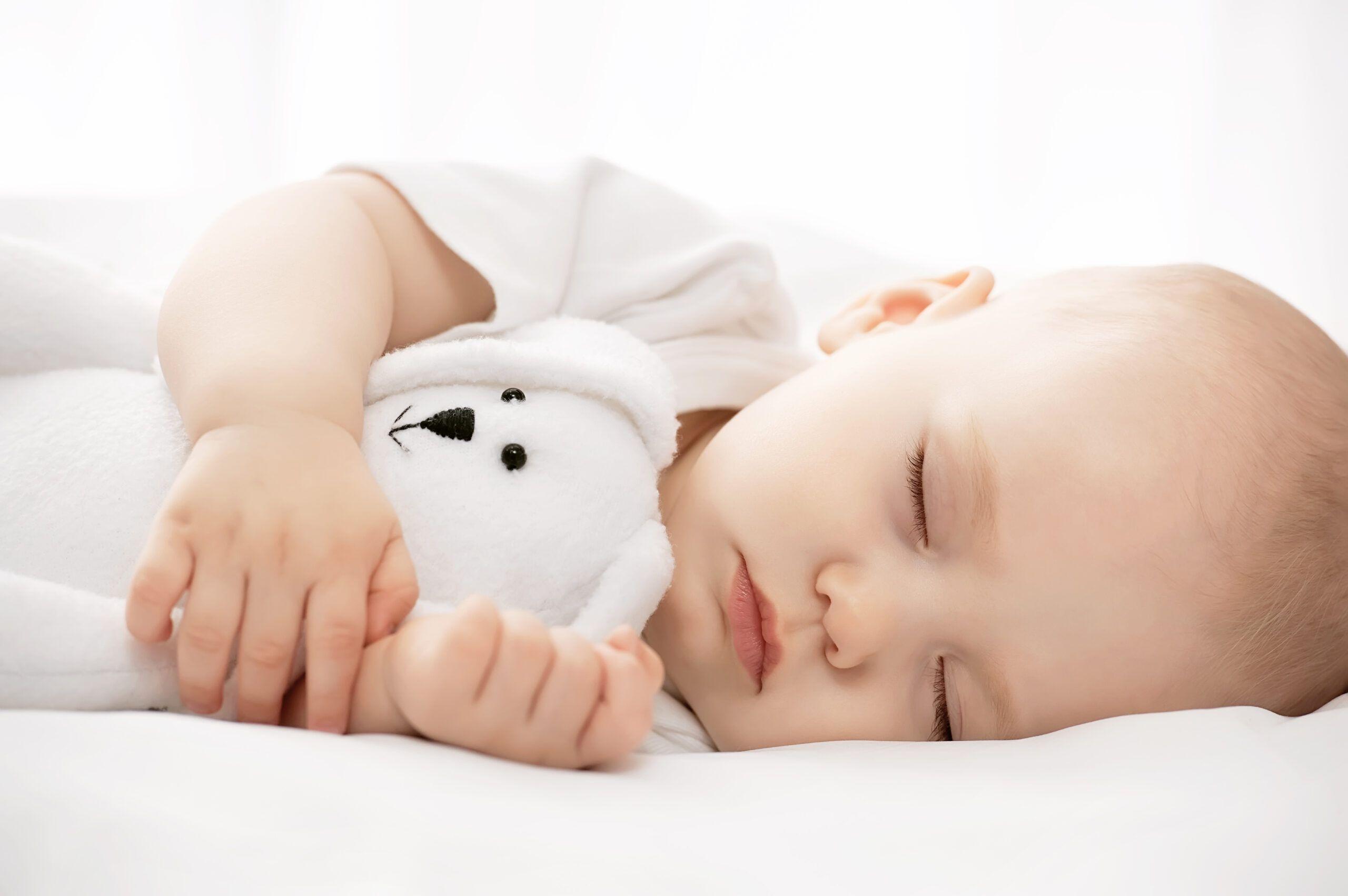 Cómo vestir a un bebé recién nacido